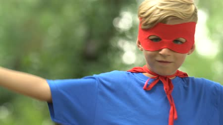 plášť : Strong superboy wearing mask and costume showing strength, self-confidence