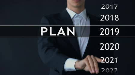 opção : Plan for 2023, businessman chooses file on virtual screen, startup strategy