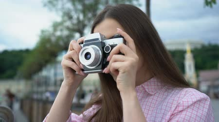 fotografando : Girl making photo with vintage camera, city tour, vivid impressions, inspiration