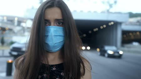 ношение : Woman in protective mask in city with polluted air, epidemic, airborne disease Стоковые видеозаписи