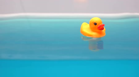 patinho : Yellow rubber duck floating in bath, relaxing time for children, macro shot