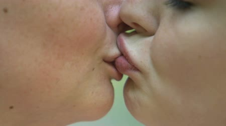 duygusallık : Passionate kiss of lesbian couple, same-sex relationships, extreme close-up