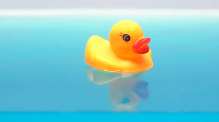 turkuaz : Toy duck floating on water, comfort bathing, shampoos and lotions for children Stok Video