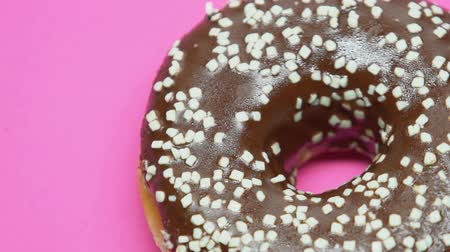 insulina : Spinning chocolate donut on pink background, temptation during diet, junk food Vídeos