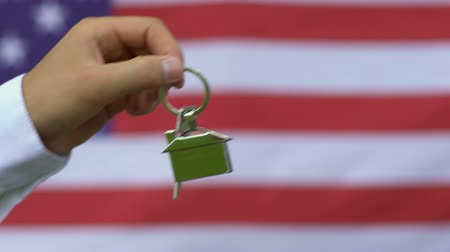 veterano : Public official giving house key to war veteran, government support program