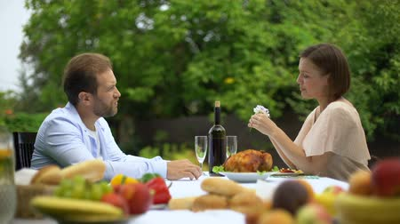 culinária : Conversation of couple while dining, husband praises wife culinary talent