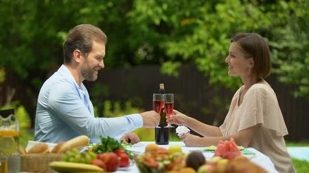 şarap kadehi : Confident married couple raising wine glasses, property insurance policy