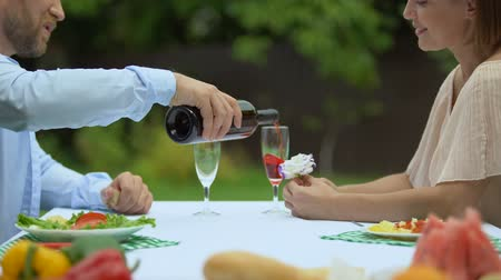 şarap kadehi : Man in love pouring wine in glasses, toasting with soulmate.