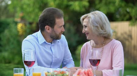 şükran : Successful adult son thanking mother for upbringing, emotional embrace love