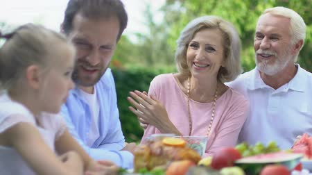 parentes : Family having dinner together, spending time with grandparents, togetherness