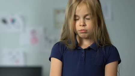 bölmek : Scared little girl hearing her parents arguing at home, unhappy childhood