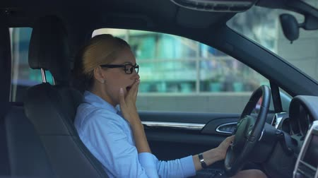 distraído : Businesswoman drinking coffee while driving car, lack of sleep, busy lifestyle