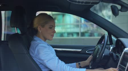 energiek : Happy woman listening to music while driving, inspired by positive in morning