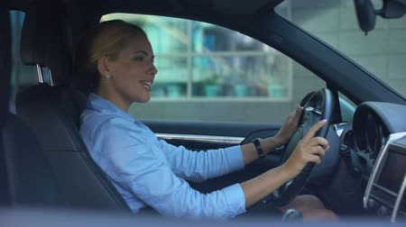 песня : Lady driving car and singing loudly, enjoying successful happy life, positive Стоковые видеозаписи