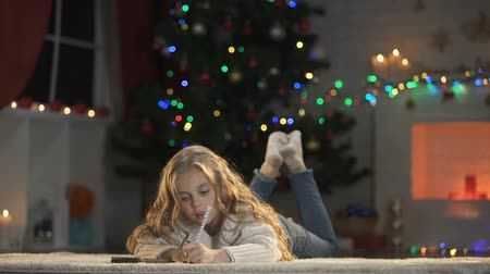 confortável : Girl making wishlist before Christmas eve, writing letter to Santa Claus. Vídeos