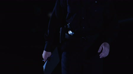 guarda costas : Policeman filling documents at crime scene, walking to car and opening door Stock Footage
