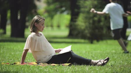 antecipação : Pregnant lady reading book in park, breathing fresh air, healthy rest outdoors Vídeos