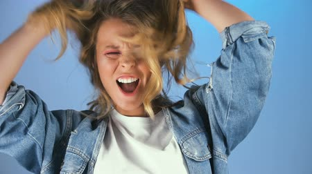 estilo livre : Girl having fun and relaxing, ruffling blonde hair on her head, feeling free