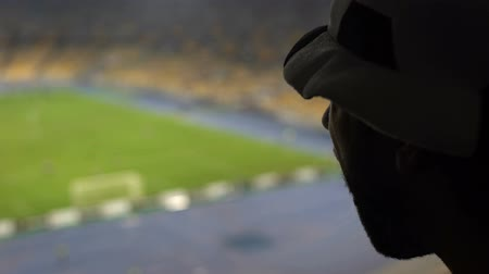 jogador de futebol : Worried football fan watching game and supporting his team on stadium podium Stock Footage
