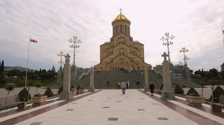 domingo : Prayers walking to Holy Trinity Cathedral of Tbilisi, blessing and faith in God