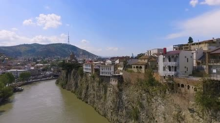 riskli : Houses built on cliff of Kura River, Tbilisi, risk of collapse, aerial view Stok Video