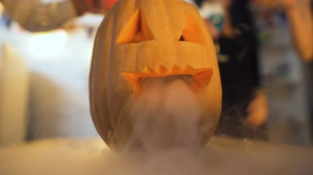 toverdrank : Happy Halloween, smoky carved pumpkin and mysterious cocktails on party table
