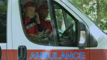 fidedigno : Male paramedic answering on patients call, professional ambulance crew, 911 Stock Footage