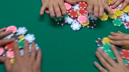 financiamento : People playing poker in casino, winning for charity crowdfunding.