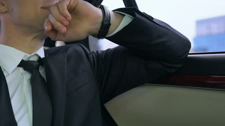 importante : Young man in suit worrying about important business meeting lateness, traffic Stock Footage