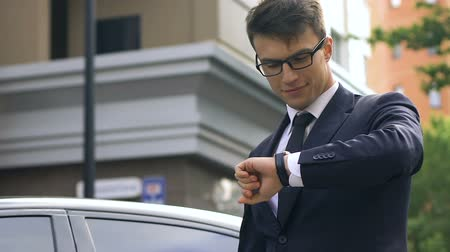 vypořádat se : Businessman reaching destination place, looking at hand watch, important meeting