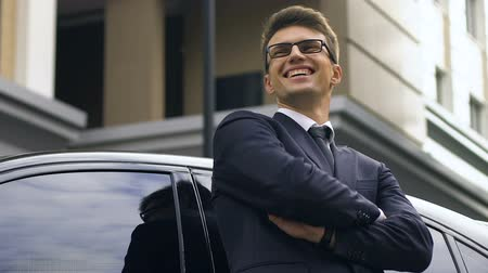 vypořádat se : Confident businessman standing near car and happily smiling, successful deal
