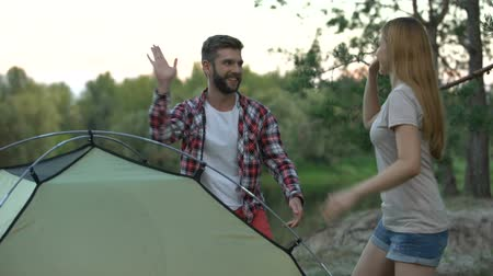 tentáculo : Couple putting up dome tent, great teamwork, wilderness survival school. Stock Footage