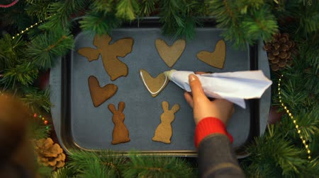 fırınlama : Woman decorating gingerbread cookies with cream, Christmas baking, preparation Stok Video