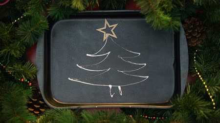 contornos : Wooden star-shape tree topper decorating drew with cream on oven tray xmas tree Vídeos
