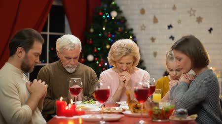 kinderwens : Traditional family praying before Christmas meal, belief in god, Christianity
