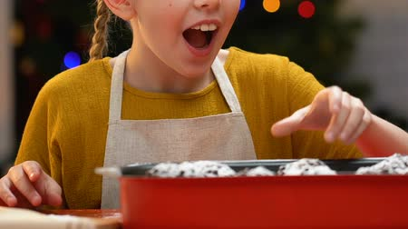 desobediente : Little girl secretly eating cupcake, stealing sweets from festive table, closeup Vídeos