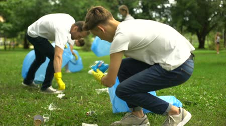 odpowiedzialność : Friendly family organized cleaning day to clean park of household garbage Wideo