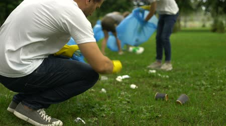 initiatief : Active citizens collecting garbage in public park, society against pollution
