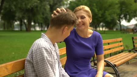 kötött : College-bound son telling funny stories to his mother, spending weekend together