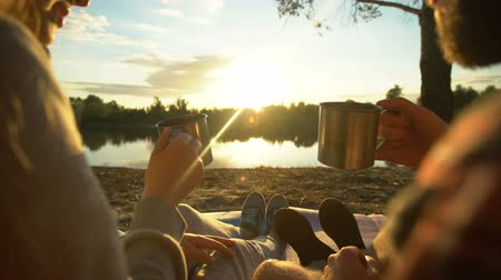 tentáculo : Couple clinking cups together, spending evening in wild, watching sunset, nature