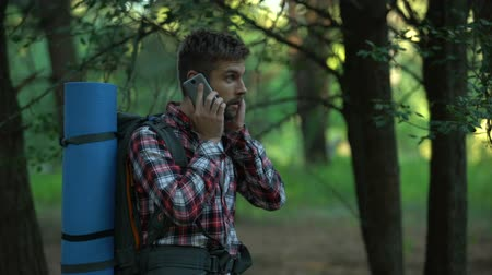 ориентация : Lost in woods male camper trying to call 911, poor connection, technologies