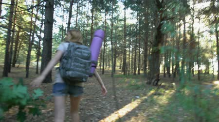 pánik : Beast chasing young camper in forest, afraid girl runs from terrifying creature
