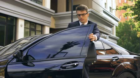 седан : Young manager late for dinner with clients, traffic jams in city time management