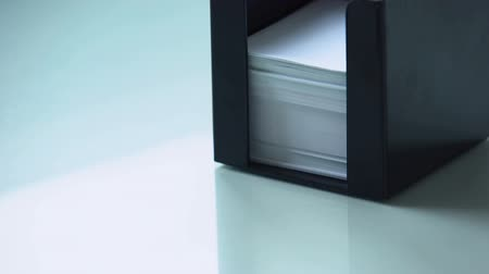 lembrete : Hand taking paper from note holder, office supply organizing for work stationery