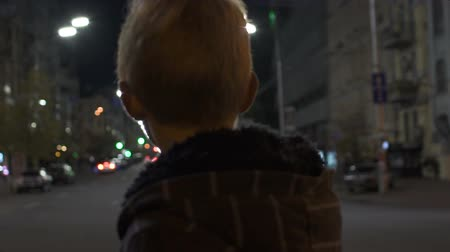 насилие : Lost kid standing alone on street, police patrol searching for missing child
