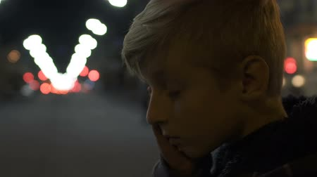 taciz : Upset lonely boy crying, standing alone in big city, depression and bullying Stok Video