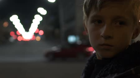 pesadelo : Helpless child standing alone on big city street difficult childhood and poverty