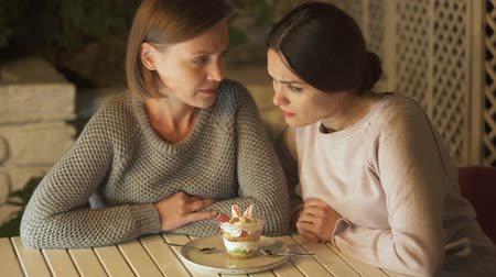 confortável : Friends looking at creamy dessert wanting to eat it, dieting, healthy nutrition Vídeos