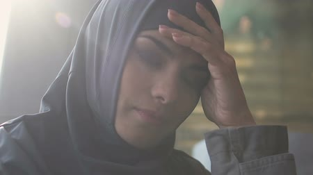 göçmen : Arab girl upset with gender inequality in Muslim society, religious restrictions Stok Video
