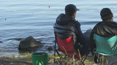 uykulu : Inexperienced men sleeping during morning fishing, friends relaxing outdoor Stok Video